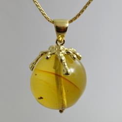 Ciondolo in oro con sfera d'ambra
