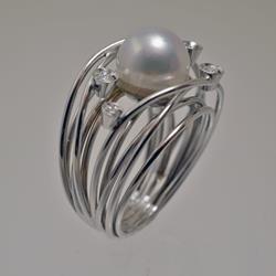 Anello in oro bianco con perla bianca